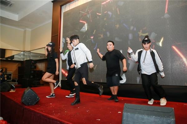 Sơn Tùng đã có những khoảnh khắc vô cùng đáng nhớ cùng các fan tại Đà Nẵng như các bạn đãnhảy flashmood dành tặng thần tượng. - Tin sao Viet - Tin tuc sao Viet - Scandal sao Viet - Tin tuc cua Sao - Tin cua Sao