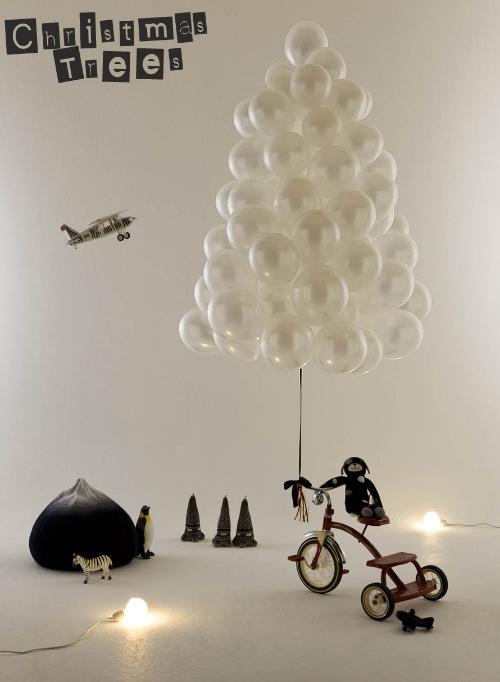Một chùm bóng bay được kết theo hình dạng cây thông, tại sao không?