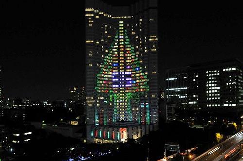 """""""Trồng"""" cây thông Giáng sinh trên tòa nhà cao ốc - một ý tưởng thú vị đấy chứ."""