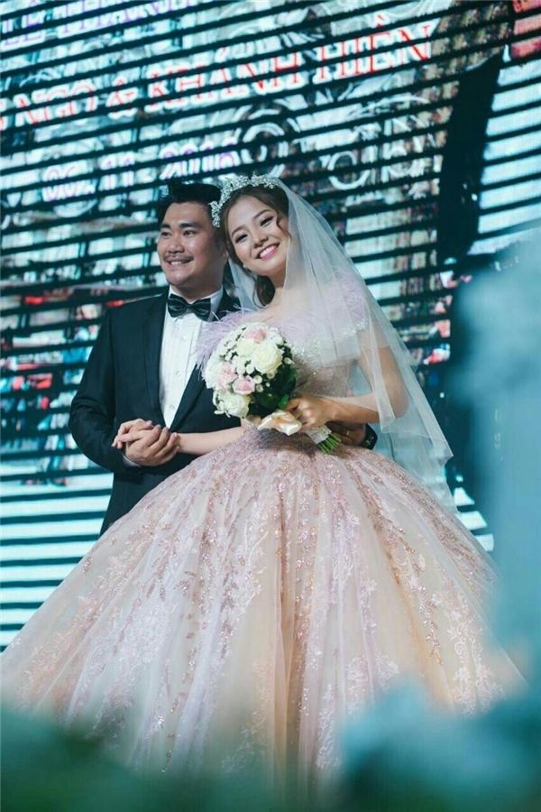 Trong không gian làm lễ ra mắt họ hàng, bạn bè, Khánh Hiền chọn diện bộ váy với sắc tím hồng trẻ trung đang là xu hướng được ưa chuộng.