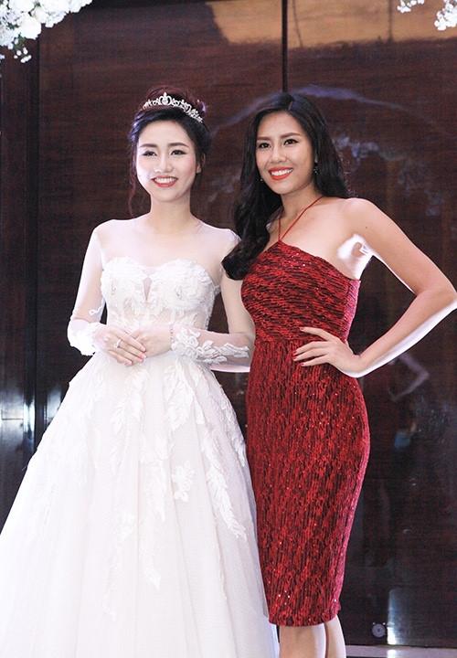 Trong ngày trọng đại, Á hậu Hoàn vũ Việt Nam 2015 chọn diện bộ váy trắng bồng xòe đơn giản dù sở hữu vóc dáng bốc lửa với chiều cao 1m78 cùng số đo 3 vòng chuẩn mực. Và lý do chính là Ngô Trà My đang mang thai con đầu lòng. Chỉ 5 tháng sau khi kết hôn cô đã sinh con.
