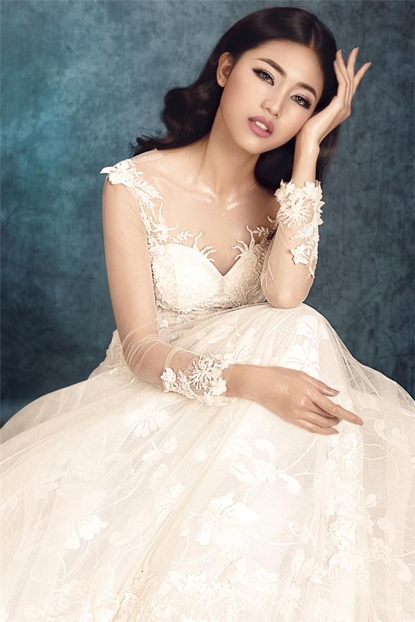 Á hậu Thanh Tú lạnh lùng, hóa thân thành cô dâu cá tính
