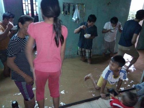 Hình ảnh được chụp ở Quảng Bình hồi tháng 11 khiến nhiều người nhói lòng. Giữa trận lũ nước, nước tràn vào là ngập cả nhà dân, cả một gia đình phải đứng ăn vội bữa trưa là một tô mì gói.