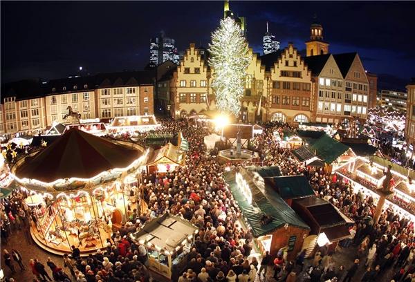 Khu chợ Giáng Sinh tại đây đặt một cây thông Noel rất lớn. Cùng với sự nhộn nhịp của du khách thập phương, không khí Noel chưa bao giờ rạo rực trong lòng đến vậy.