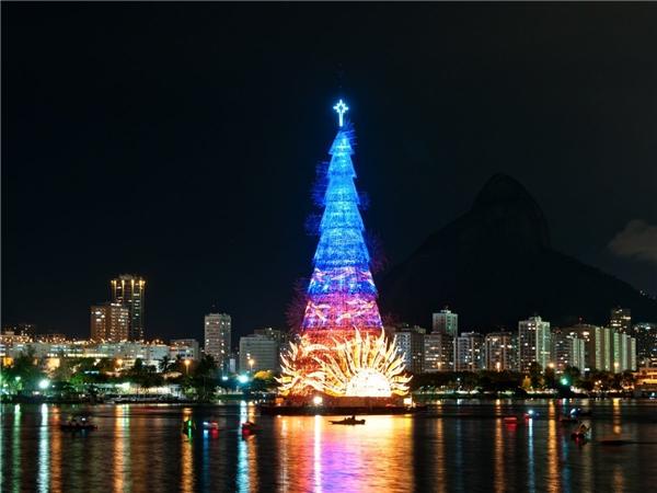 Năm nay, cây thông dựng trên đầm Rodrigo de Freitas đãlập kỷ lục Guinness là cây nổi lớn nhất thế giới. Cây được tạo bằng khung kim loạivà cao tới 85m.Nếu tới Rio de Janeiro, bạn sẽ thấy đèn được thắp sáng rực rỡ vàomọi buổi tối trong kỳ Giáng Sinh. Bên cạnh đó, đầm Rodrigo de Freitas cũng là nơi thành phố nàytổ chức bắn pháo hoa mừng năm mới.