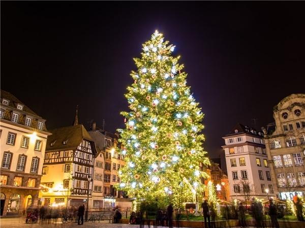 Người dân Pháp đã tổ chức khu chợGiáng Sinh tạiStrasbourg được gần 450 năm.