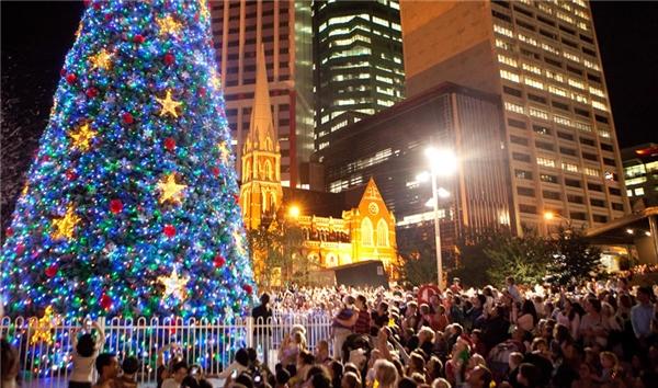 Brisbane luôn là nơi tổ chức cácchương trình ánh sáng với sự dàn dựng công phuở tòa thị chính. Cây thông Noel cao 20m này đã trở nên nổi bật hơn bao giờ hết với dự án trình diễn ánh sáng 3D kỳ ảo Nutcraker.