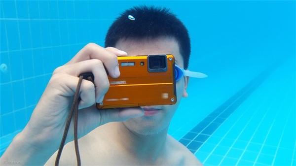 Chụp ảnh dưới nước là tính năng hiện được rất nhiều bạn trẻ ưa thích.