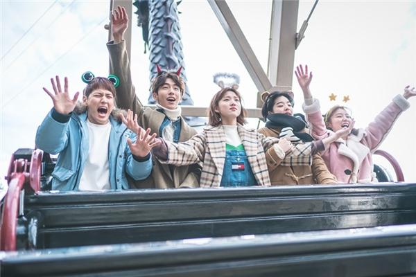 Joon Hyung và Bok Joo đến công viên giải trí cùng các bạn
