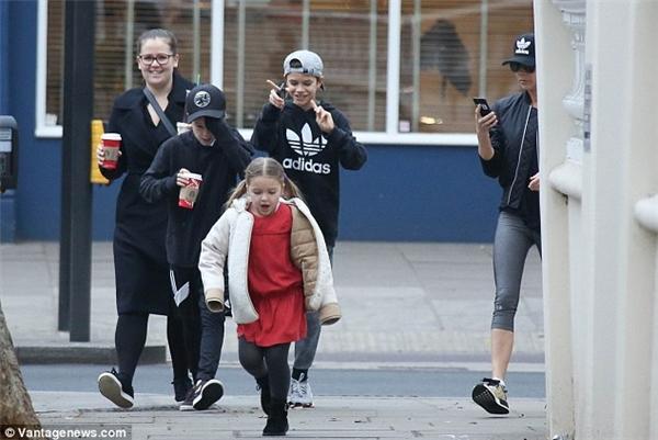 Harper xuống phố cùng mẹ Vic và hai anh trai Romeo Beckham, Cruz Beckham.