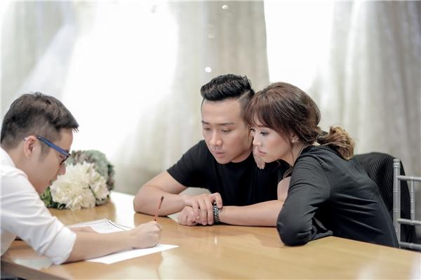 Cặp đôi lắng nghe sự tư vấn từ NTK Chung Thanh Phong. - Tin sao Viet - Tin tuc sao Viet - Scandal sao Viet - Tin tuc cua Sao - Tin cua Sao