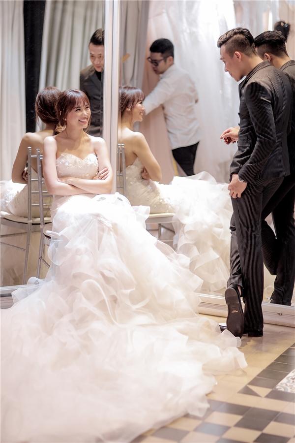 Mẫu áo cưới chính được cô dâu sử dụng trong đêm tiệc sẽ bí mật đến phút chót, tạo sự bất ngờ cho Hari Won và cả những người thân cùng các vị khách quý có mặt trong lễ cưới. - Tin sao Viet - Tin tuc sao Viet - Scandal sao Viet - Tin tuc cua Sao - Tin cua Sao