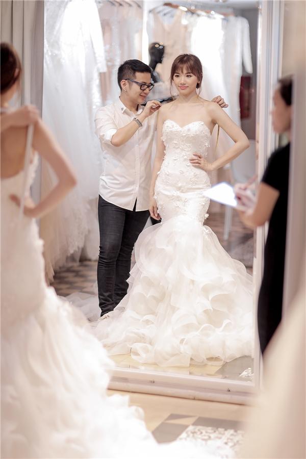 Để mang đến hình ảnh sang trọng, phù hợp với Trấn Thành và Hari Won, Chung Thanh Phong đã chuẩn bị một váy xòe bồng bềnh, một chiếc váy đuôi cá quyến rũ cho cô dâu. - Tin sao Viet - Tin tuc sao Viet - Scandal sao Viet - Tin tuc cua Sao - Tin cua Sao