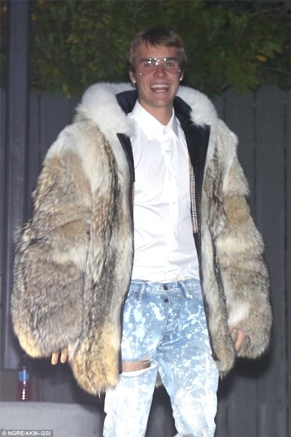 Justin Bieber xuất hiện cùng chiếc áo choàng lông ấn tượng.