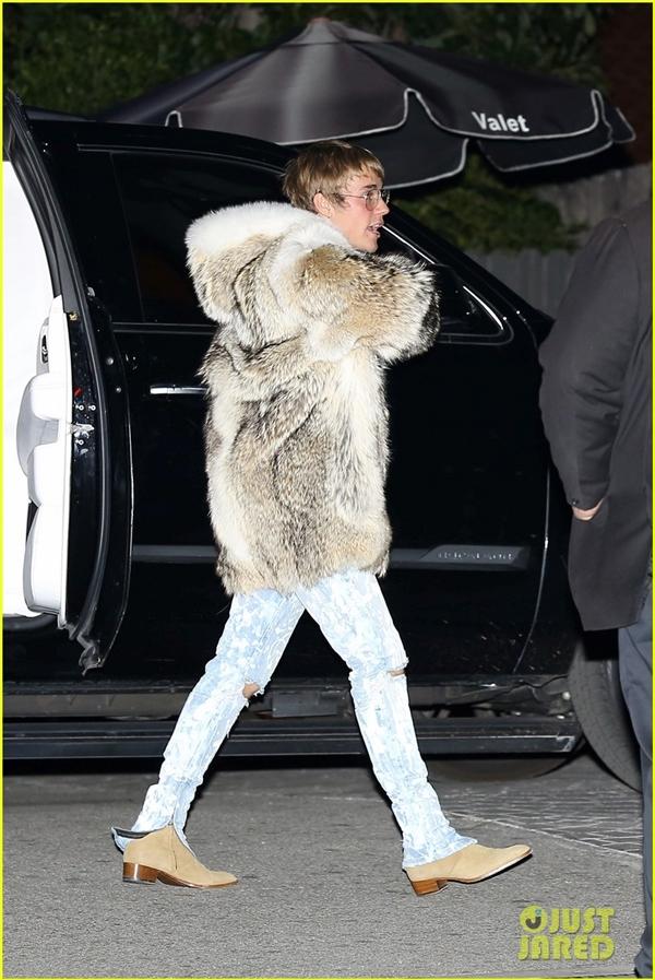 Justin Bieber lại bị lên án gay gắt vì diện áo choàng lông thú đi chơi