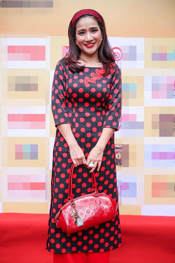 Nữ diễn viên Cát Tường nền nã trong trang phục áo dài đến chúc mừng sự kiện. - Tin sao Viet - Tin tuc sao Viet - Scandal sao Viet - Tin tuc cua Sao - Tin cua Sao