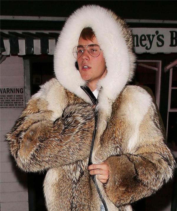 """Chiếc """"áo choàng ông nội"""" mà Justin đã diện"""