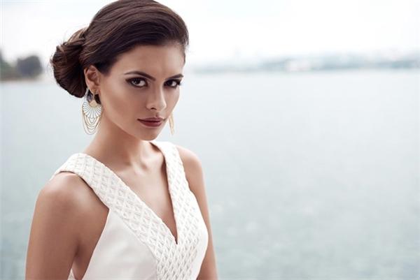Tại cuộc thi năm nay, Hoa hậu Brazil dừng chân ở top 10 chung cuộc. Cô cũng thuộc nhóm thí sinh lớn tuổi nhất: 26 tuổi. Hiện tại, thông tin này đã xuất hiện nhiều trên các phương tiện truyền thông nước ngoài nhưng ban tổ chức Hoa hậu Thế giới vẫn chưa lên tiếng phản hồi.