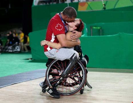 Dam Lancia ôm vợ mình Jamey Jewells trên sân bóng rổ ở Thế vận hội dành cho người khuyết tật. (Ảnh: internet)
