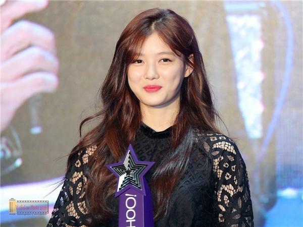 Mệt mỏi trở về sau sự kiện, Kim Yoo Jung bất ngờ nhập viện