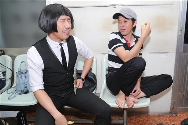 Biểu cảm khó tả của nam MC và danh hài Hoài Linh khi ăn nhầm xoài chua khiến nhiều người phải bật cười. - Tin sao Viet - Tin tuc sao Viet - Scandal sao Viet - Tin tuc cua Sao - Tin cua Sao