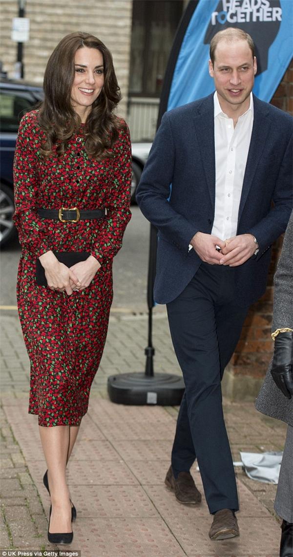 Thống kế của Dailymail chỉ ra rằng công nương Kate thời gian gần đây đã bắt đầu ưa chuộng sử dụng những nhãn hiệu cao cấp hơn. Chiếc váy người đẹp đang diện có giá 720 bảng Anh do NTK Vanessa Seward nổi tiếng người Pháp thiết kế.