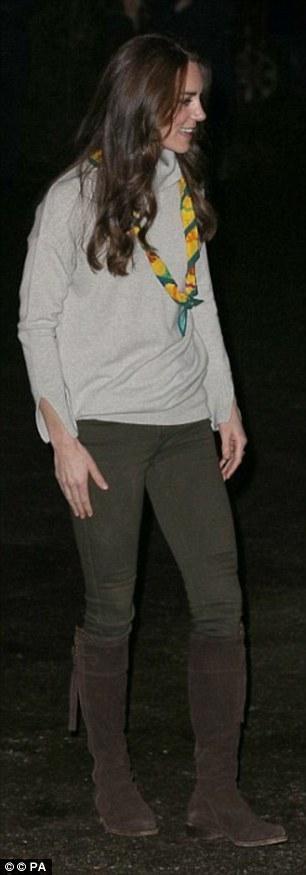 Công nương Kate diện đôi bốt cao cổ có giá 315 bảng Anh, mix cùng quần jeans trị giá 170 bảng Anh.