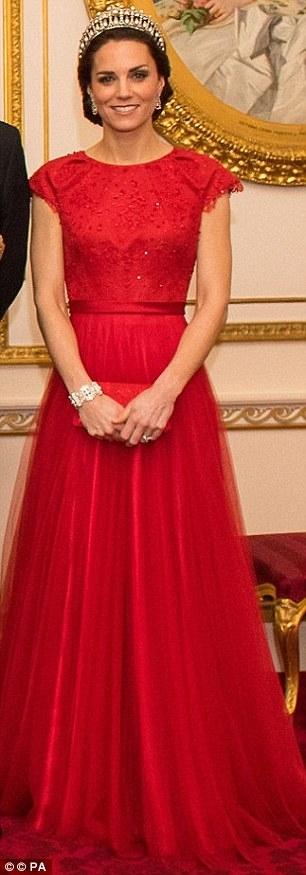 Chiếc đầm sang trọng được diện tại một bữa tiệc trong Cung điện Buckingham có giá 2.600 bảng Anh.