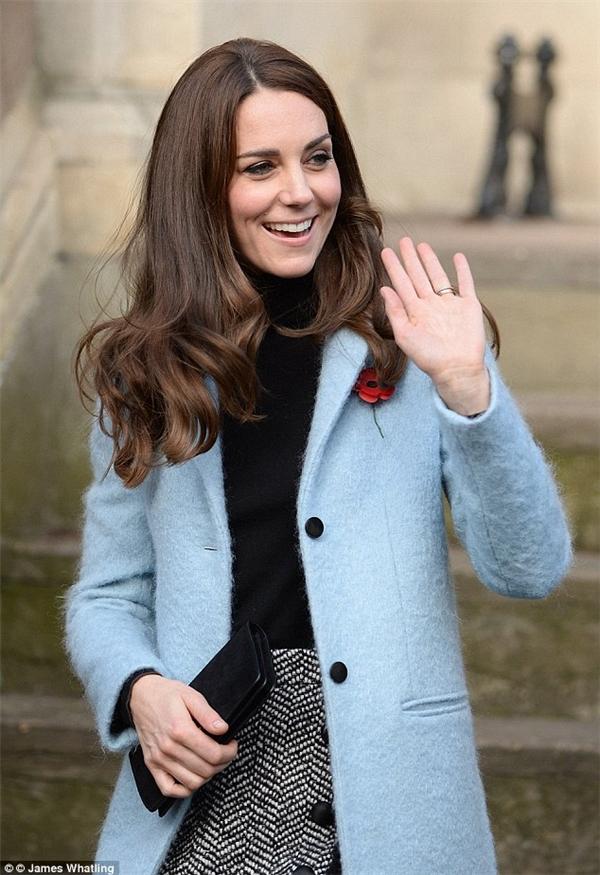Cả set đồ công nương Kate diện với áo khoác màu xanh nhạt và chân váy D&G có tổng giá trị khoảng gần 1.400 bảng Anh.