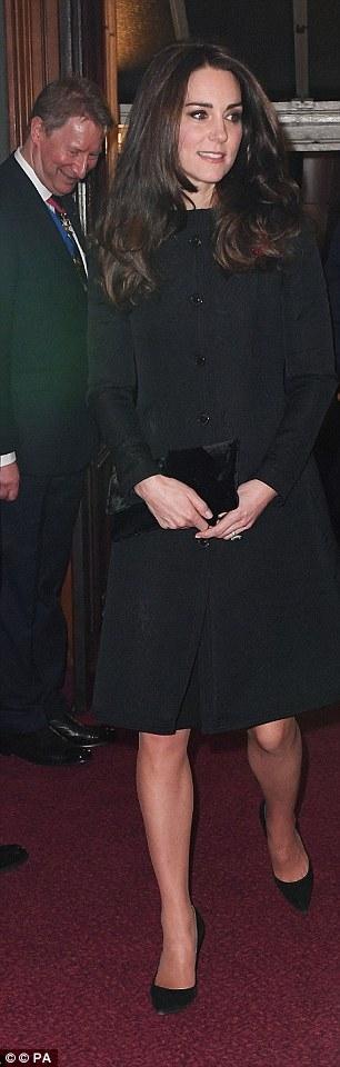 Công nương diện áo khoác có giá 995 bảng Anh tại một bữa tiệc của hoàng gia.