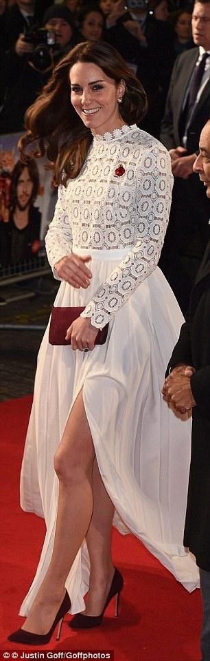 Chiếc váy dài trang nhã màu trắng có giá 320 bảng Anh.
