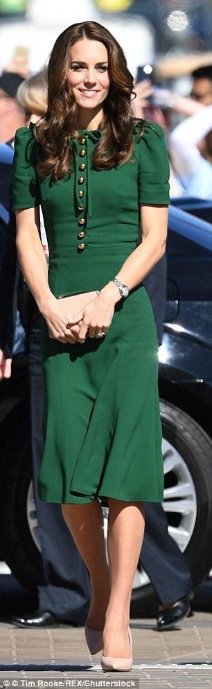 Công nương Kate diện váy D&G có giá 2.000 bảng Anh.
