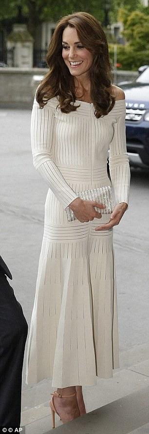 Chiếc váy dài trễ vai của NTK trẻ tuổiBarbara Casasola có giá 1.580 bảng Anh.