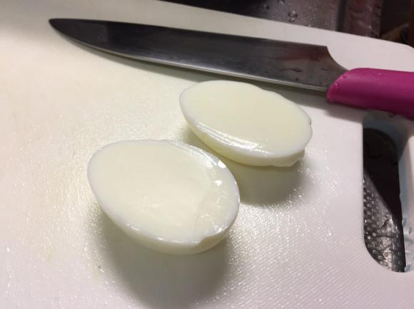 Bức ảnh quả trứng không có lòng đỏ làm xôn xao cộng đồng mạng Nhật. (Ảnh: internet)