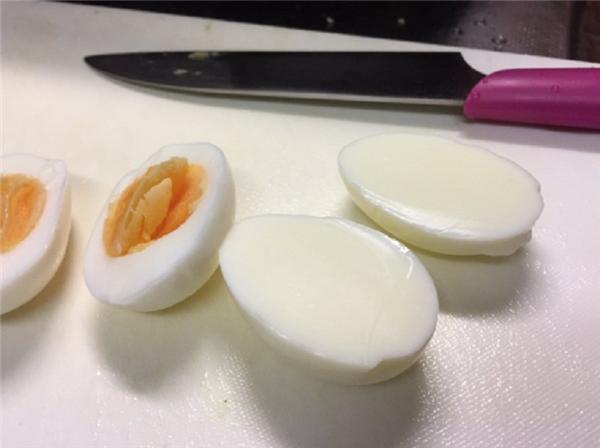 So sánh với một quả trứng bình thường khác. (Ảnh: internet)
