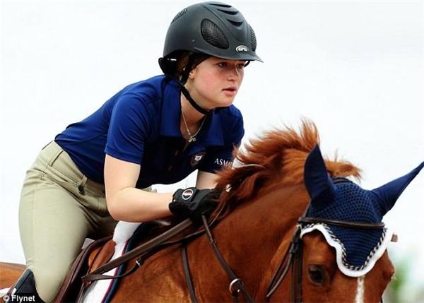 """Jennifer không chỉ học giỏi mà còn cưỡi ngựa rất """"nghề"""". Cô nàng từng tham gia nhiều giải đấu, đặc biệt là Hội thi Cưỡi ngựa Mùa đông ở Florida cùng 2,800 thí sinh đến từ 49 trên cả nước."""