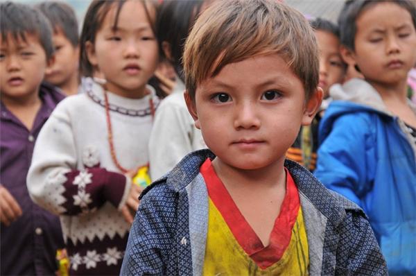 Tuy nhiên, được biết, cậu bé tên là Tráng Seo Hạ (13/7/2012), sinh ra trong một gia đình dân tộc có bố là Tráng Seo Cơ, mẹ là Giàng Thị Gầu ở Khe Voi, thôn Bùn Dạo, xã Lang Thíp, huyện Văn Yên, Yên Bái.