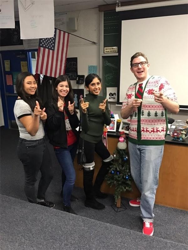 Đây là 3 cô học sinh đáng yêu đã nghĩ ra kế hoạch góp tiền mua giày tặng thầy.