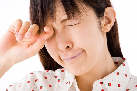 Nghiêm cấm dụi hoặc chùi mắt mạnh nếu axit hoặc hóa chất không may rơi vào.