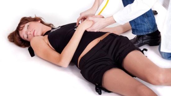Khi gặp tình huống co giật cần nhanh chóng cho nạn nhân ngậm 1 miếng vải mềm để họ không tự cắn phải lưỡi mình.