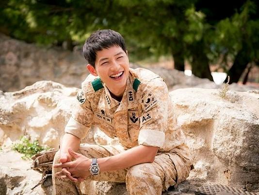 Không chỉ thông minh, dũng cảm, đại úy Yoo còn có vẻ ngoài điển trai và nụ cười tỏa nắng.