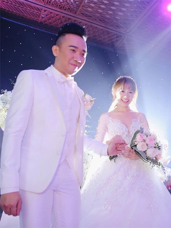 Nam MC điển traihạnh phúc nắm tay vợ bước lên sân khấu thực hiện nghi thức đám cưới. - Tin sao Viet - Tin tuc sao Viet - Scandal sao Viet - Tin tuc cua Sao - Tin cua Sao