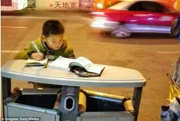 Hình ảnh cậu bé hiếu học đã được cư dân mạng lan truyền với tốc độ chóng mặt.