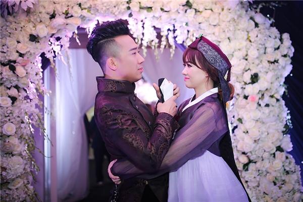 Hari Won diện tổng cộng 3chiếc váy cưới, trong đó có 2 thiết kế của Chung Thanh Phong và một áo hanbok được Hari đích thân đặt may từ một nghệ nhân hanbok nổi tiếng tại Hàn Quốc. - Tin sao Viet - Tin tuc sao Viet - Scandal sao Viet - Tin tuc cua Sao - Tin cua Sao