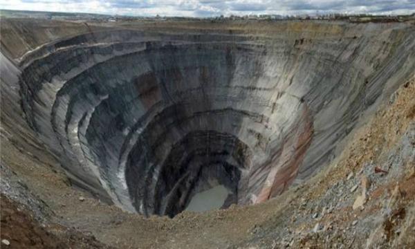 Mỏ kim cương ở Đông Xibia bỗng chốc hóa thành chiếc phễu khổng lồ sâu đến 475m, rộng 1219m chỉ vì lòng tham vô đáy của con người. (Ảnh: Wittyfeed)