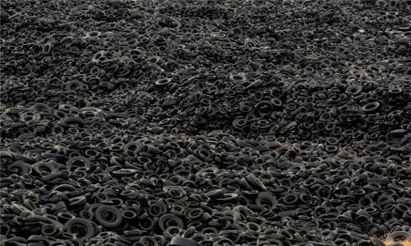 """Phế thải không thể tái chế được, """"núi"""" lốp xe bỏ điđang dần cao lên ở Tây Ban Nha. (Ảnh: Wittyfeed)"""