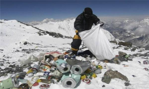 Bốn bề rác thải trên đỉnh Everest do những du khách vô ý thức gây nên. (Ảnh: Wittyfeed)