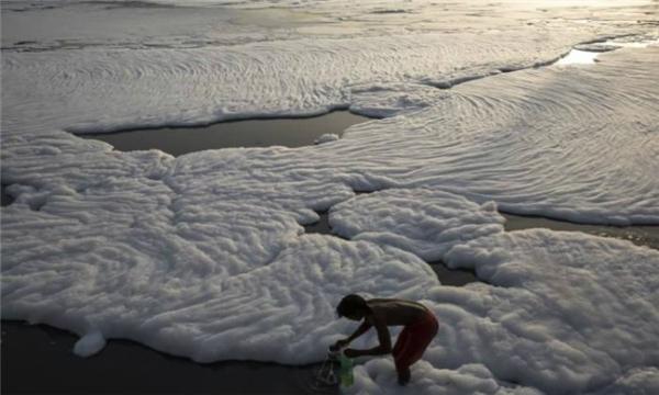 Hóa chất độc hại chết người nổi lềnh bềnh trên mặt sông Yamuna. (Ảnh: Wittyfeed)