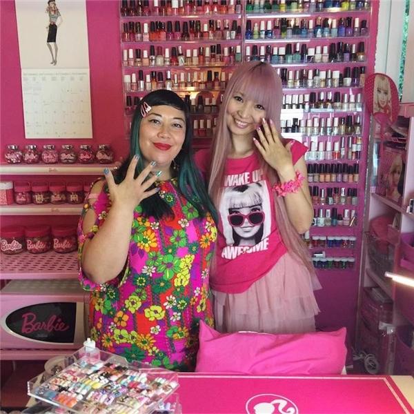 Cô còn sở hữu nguyên một bộ làm móng cho búp bê Barbie.