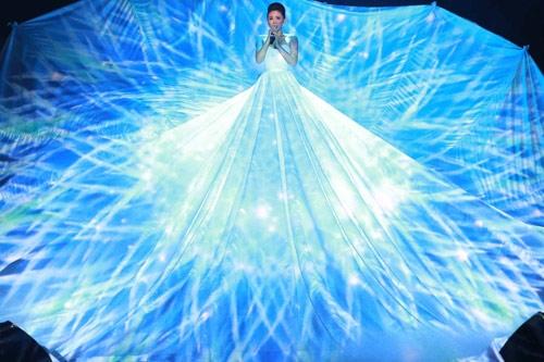 Trên sân khấu biểu diễn, Tóc Tiên không chỉ cuốn hút khán giả bởi giọng hát nội lực mà còn qua chiếc váy xòe rộng bao trùm trung tâm. Họa tiết, ánh sáng trên váy liên tục thay đổi khiến người xem khó thể rời mắt.